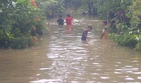 suasana-banjir-di-komplek-total-persada-raya-tangerang-ratusan-_130116145919-243.jpg